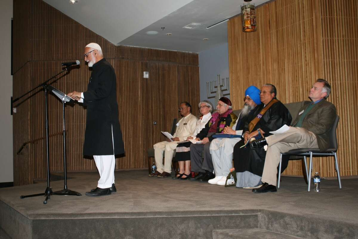 The Ahmadiyya Muslim Community of Greater Houston cosponsored a Thanksgiving Service at Houston Congregation for Reform Judaism on Nov. 17. Imam Mubasher Ahmad from Ahmadiyya Muslim Community Houston addresses the group.