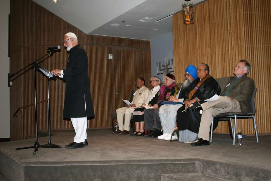 The Ahmadiyya Muslim Community of Greater Houston cosponsored a Thanksgiving Service at Houston Congregation for Reform Judaism on Nov. 17. Imam Mubasher Ahmad from Ahmadiyya Muslim Community Houston addresses the group. Photo: Courtesy