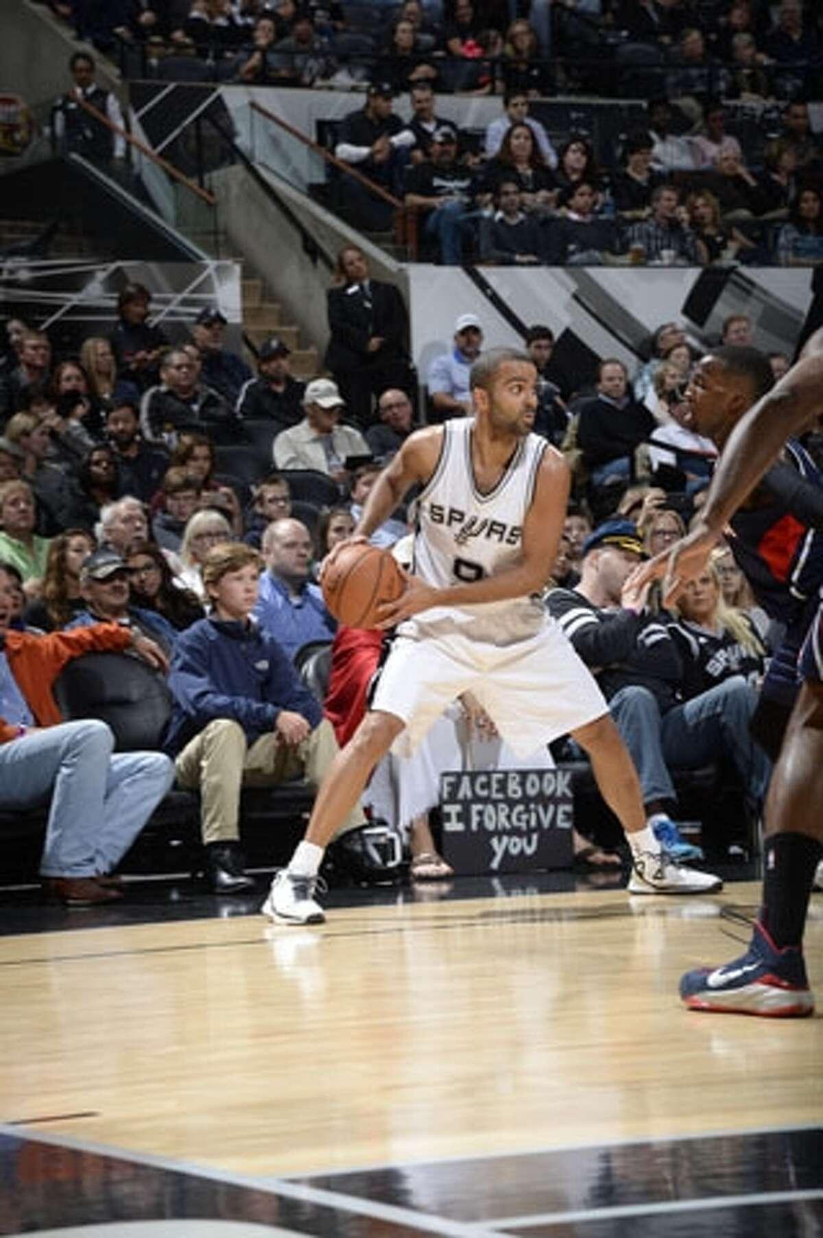 """Spurs Jesus holds his """"Facebook I forgive you sign"""" courtside. Courtesy, Spurs Jesus"""