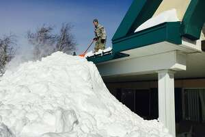 Roofs collapse under Buffalo snow - Photo