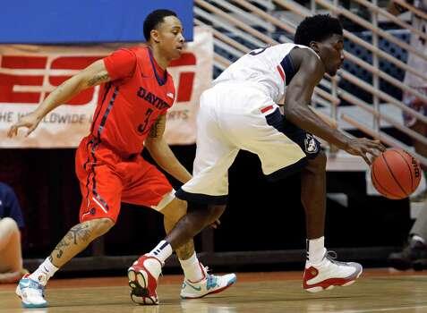 Dayton guard Kyle Davis, left, pressures UConn guard Daniel Hamilton during a NCAA college basketball game in San Juan, Puerto Rico, Friday, Nov. 21, 2014. Photo: Ricardo Arduengo, AP / Associated Press