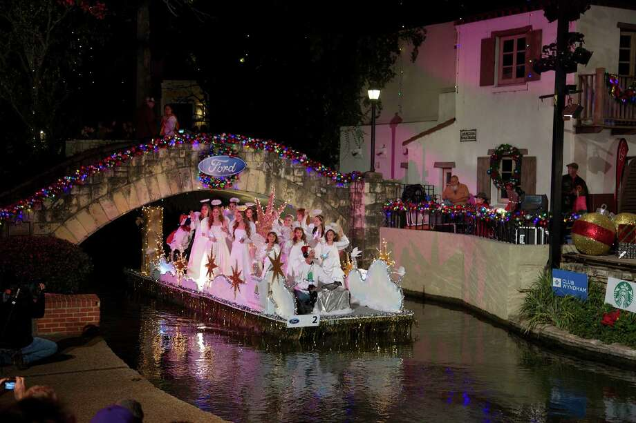 Thousands gather to view the 2013 Ford Holiday River Parade along San Antonio's Riverwalk and the Arneson River Theater. Photo: J. MICHAEL SHORT, INDEPENDENT PHOTOGRAPHER / J. Michael Short / Paso Del Rio / Photo Copyright 2012 by  J. Michael Short
