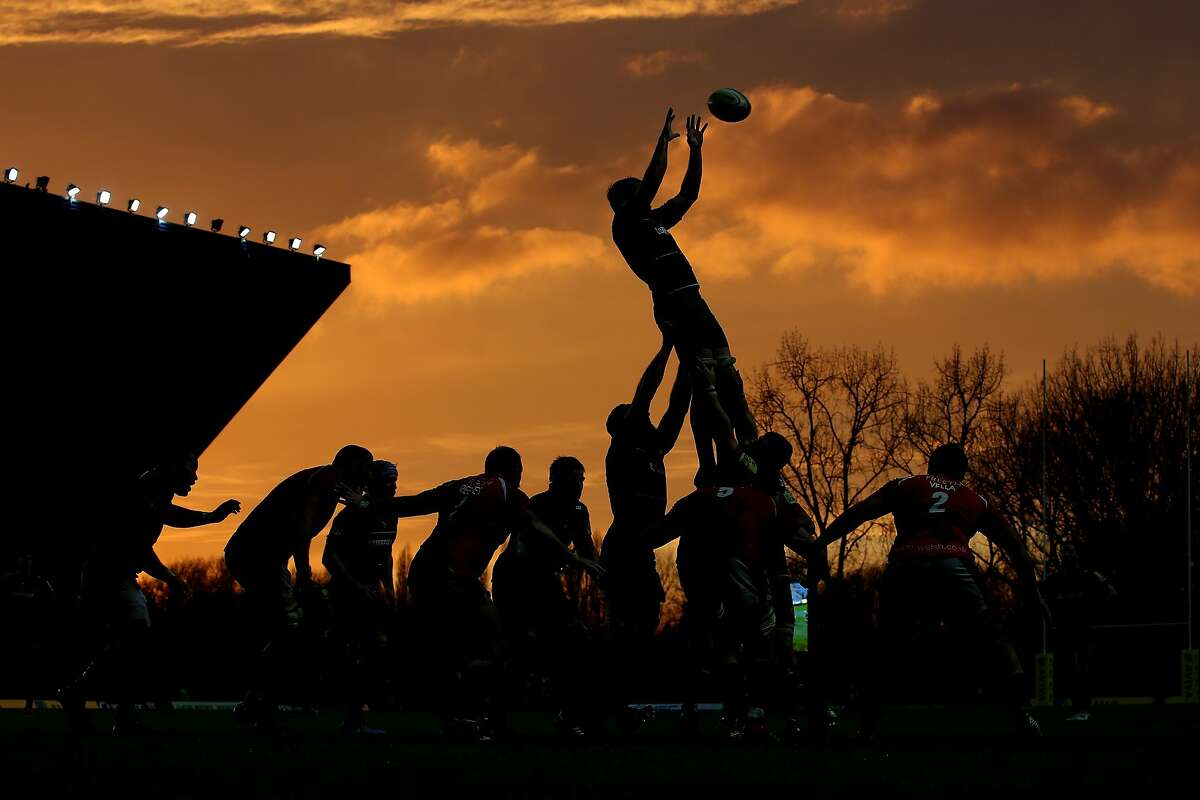 OXFORD, ENGLAND - NOVEMBER 23: London Welsh and Leicester Tigers compete for a line-out during the Aviva Premiership match between London Welsh and Leicester Tigers at Kassam Stadium on November 23, 2014 in Oxford, England. (Photo by Jordan Mansfield/Getty Images) *** BESTPIX ***