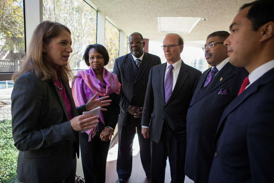 Health and Human Sevices Secretary Sylvia Burwell (left) visits with elected officials and community leaders during a Monday visit to San Antonio as part of a push to get consumers to enroll in 2015 health plans. Photo: COURTESY HHS, COURTESY HHS / COURTESY HHS