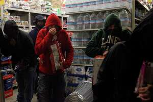 Late-night looters trash Oakland stores - Photo