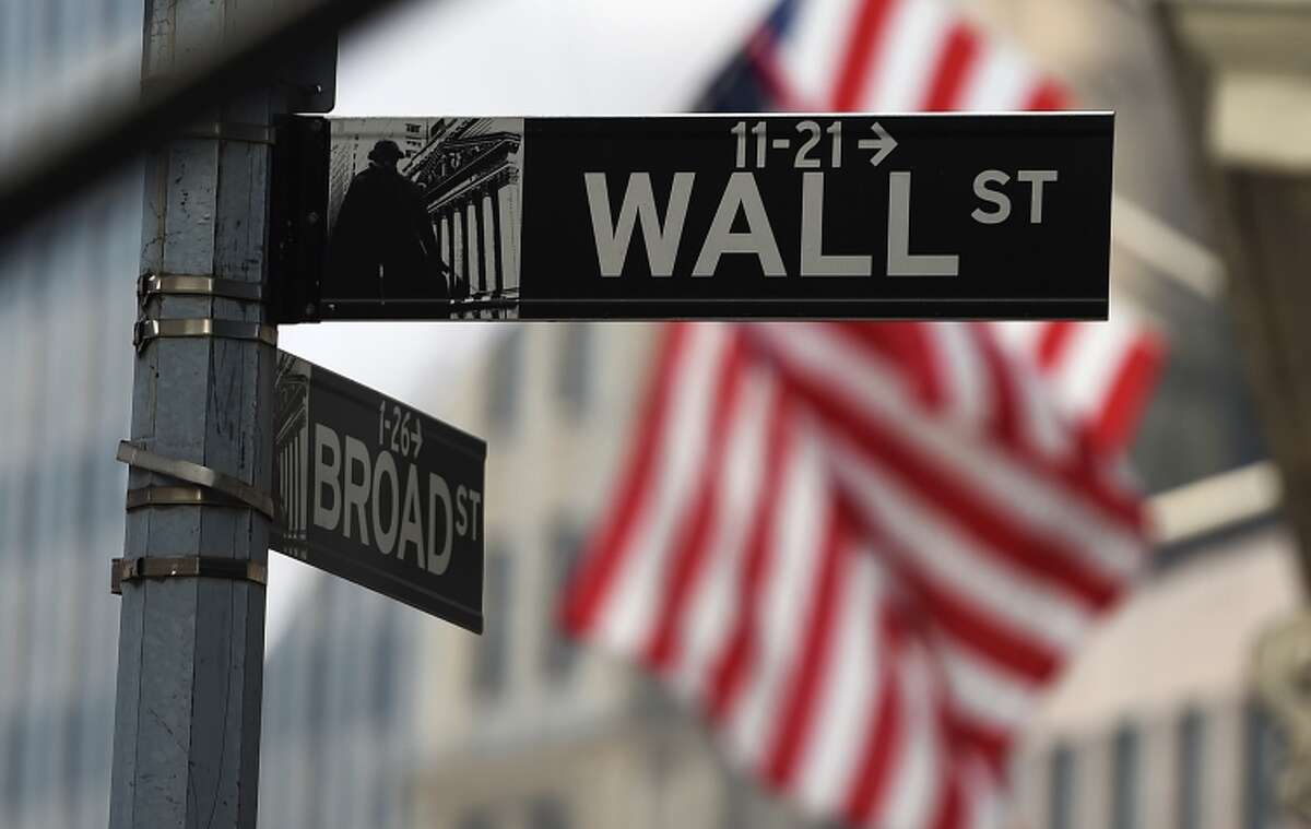 Stocks are enjoying a continued growth, and rose again after the revised report on the economy.
