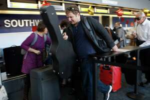 Heavy Thanksgiving travel expected as more loosen belts - Photo