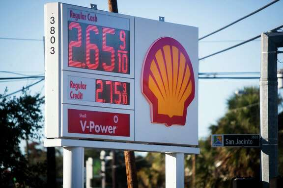 U.S. motorists are enjoying lower gasoline prices, and some lawmakers fear they'll take the blame if they lift the ban on U.S. oil exports and the price at the pump goes up.   ( Marie D. De Jesus / Houston Chronicle )