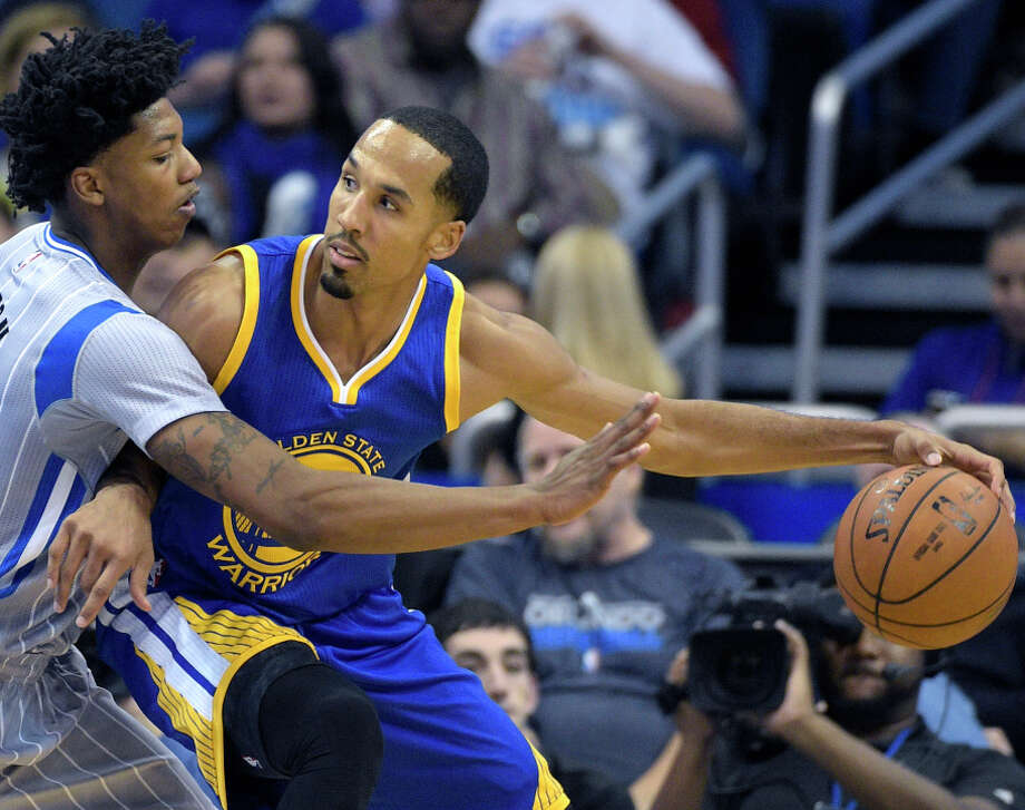 Shaun Livingston (right) backs into Magic guard Elfrid Payton in Wednesday's game, when he scored a season-high 15 points. Photo: Phelan M. Ebenhack / Associated Press / FR121174 AP