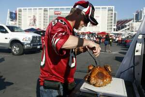 49ers fans serve Thanksgiving dinner while tailgating - Photo