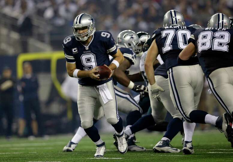 Dallas Cowboys quarterback Tony Romo (9) rolls out with the ball against the Philadelphia Eagles dur