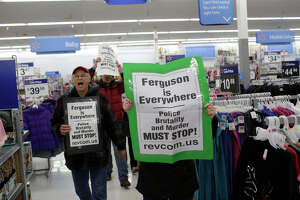 Ferguson protesters single out retailers on Black Friday - Photo