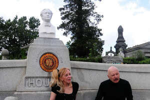 Magicians raising money to keep Houdini's grave clean - Photo