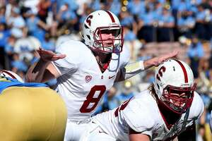 'Relaxed' Stanford QB Kevin Hogan finds the open man - Photo