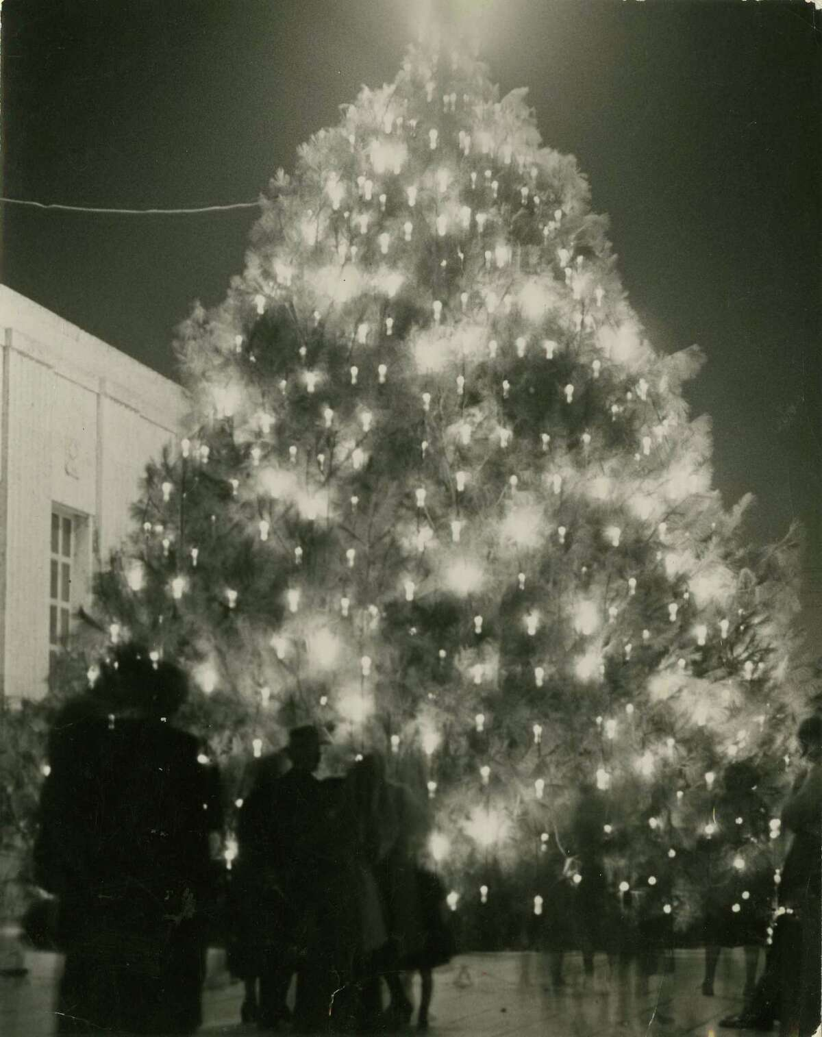 December 15, 1950: The Tree of Light outside Houston's City Hall.