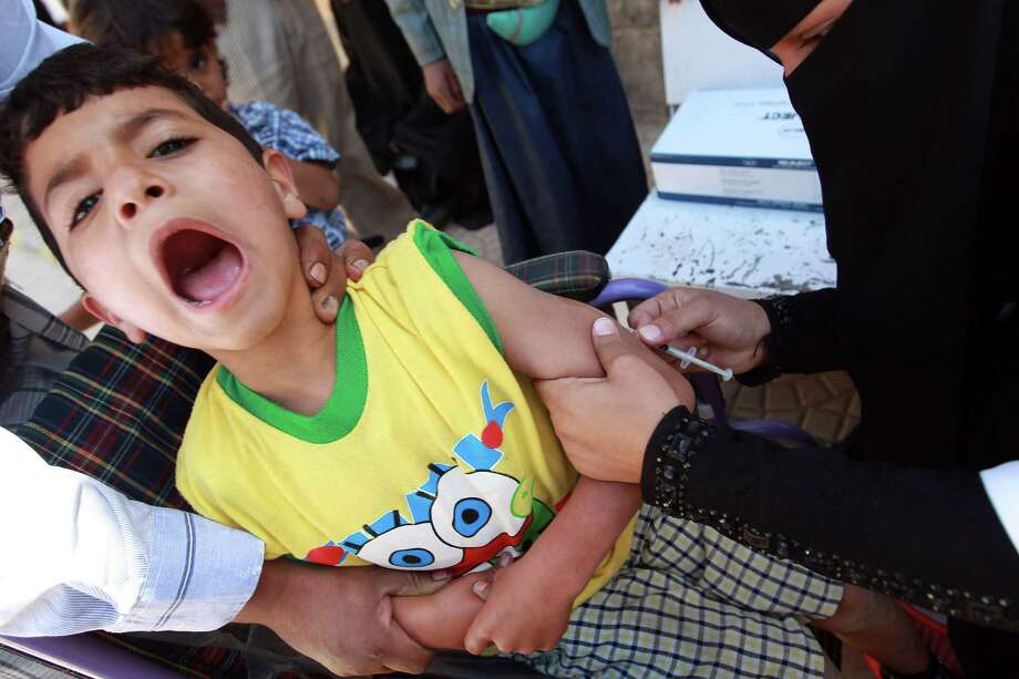 A doctor administers a measles vaccine to a Yemeni child during an immunization campaign at a health center on November 10, 2014, in the capital Sanaa ( AFP/Getty Images). Photo: MOHAMMED HUWAIS, Stringer / AFP