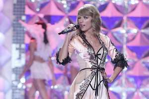 Taylor Swift stars at Victoria's Secret show - Photo