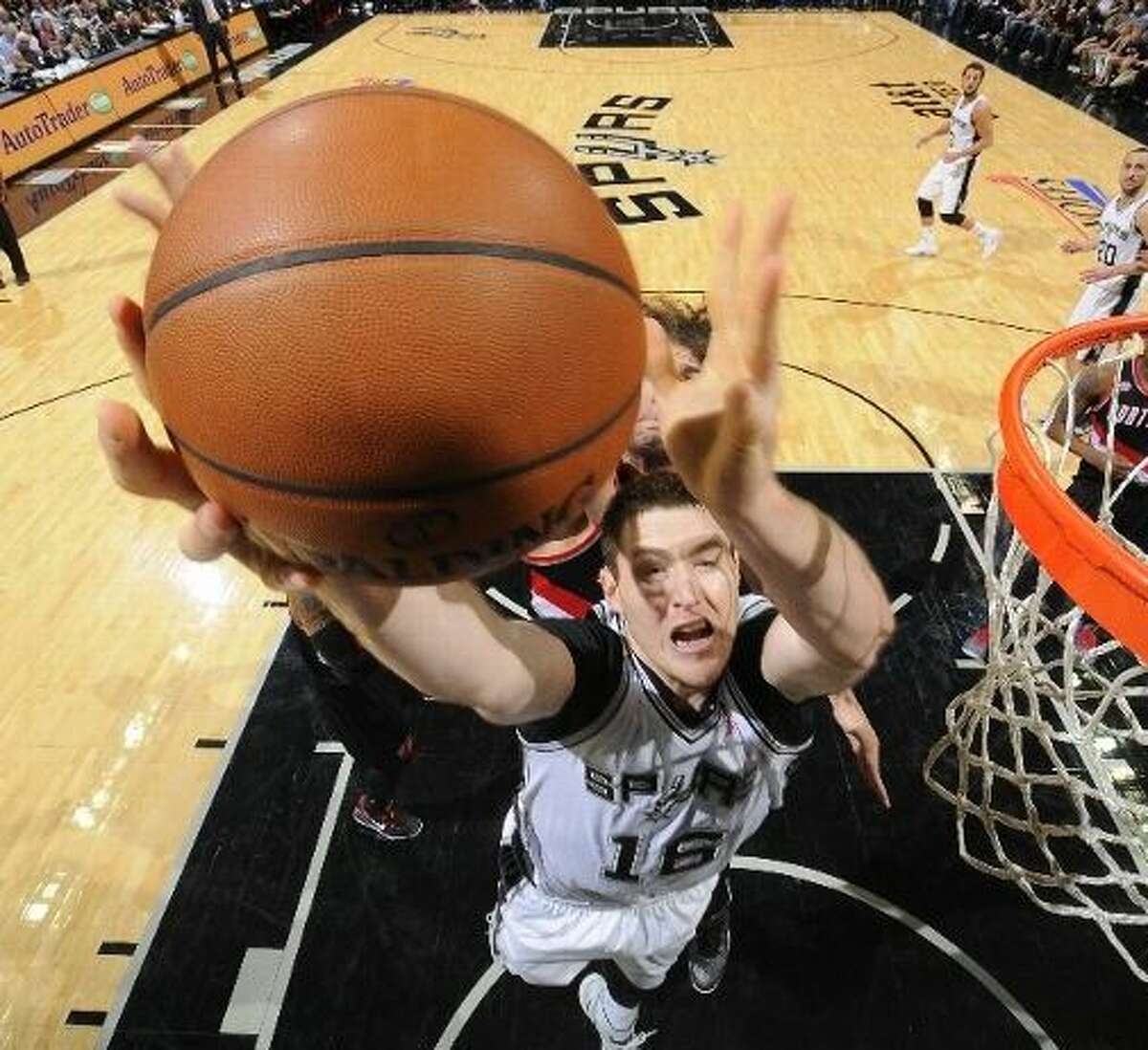 Aron Baynes will try to help contain Grizzlies' big men Marc Gasol and Zach Randolph.