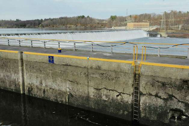 A view of Lock 7 and water flowing over the dam next to it on the Mohawk River on Tuesday, Dec. 2, 2014, in Niskayuna, N.Y. The federal government is spending more than $75 million to rebuild eight Mohawk River dams to help reduce flood risk along the Erie Canal. Not on the project list is the concrete dam at Lock 7 in Vischers Ferry.   (Paul Buckowski / Times Union) Photo: Paul Buckowski / 00029706A