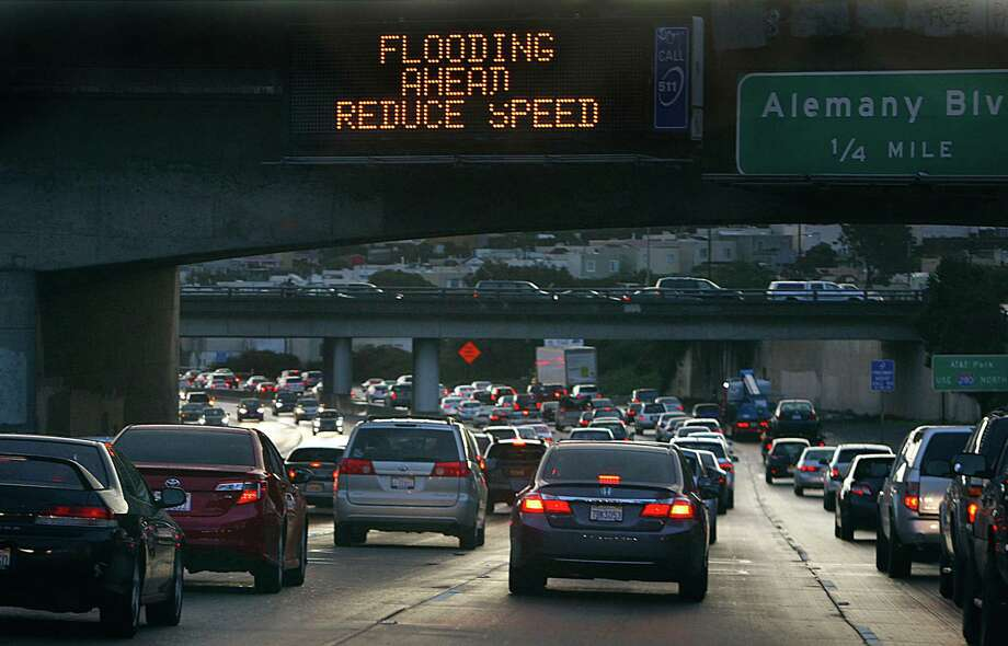 Traffic sign seen on highway 280 heading northbound before the 101/280 split in San Francisco, Calif., on Wednesday, December 3, 2014. Photo: Liz Hafalia / The Chronicle / ONLINE_YES