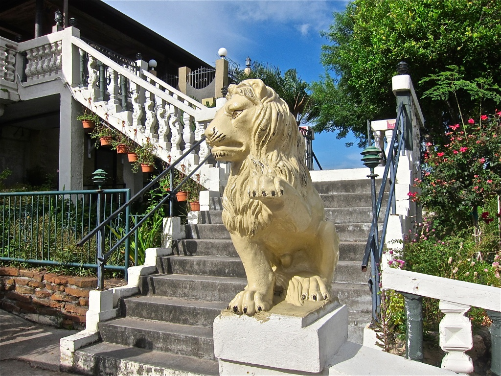 A lion guards the entrance to pier 8 seafood market in for Kemah fish market