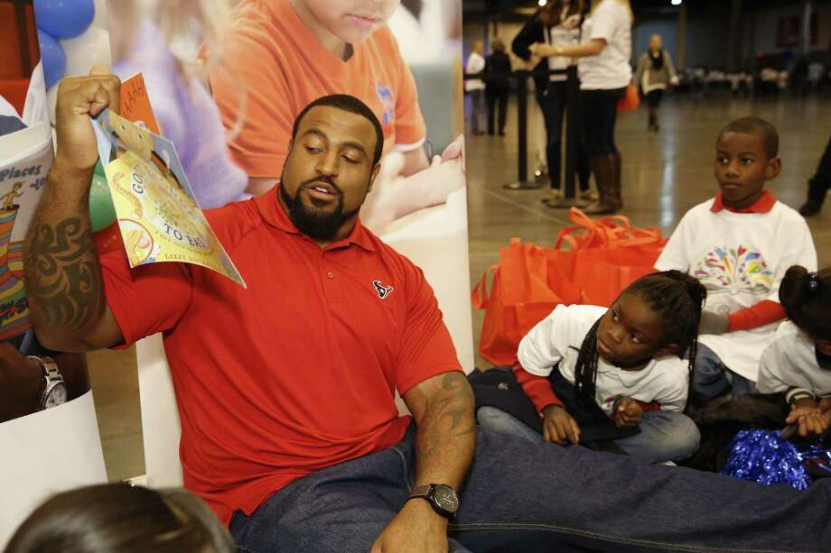 On Tuesday, December 2, Houston Texans tackle Duane Brown spent the morning helping more than 850 children from five local schools get pumped up about reading. Photo: Craig H. Hartley, Craig Hartley/Carbonara Group / Photos by Craig Hartley
