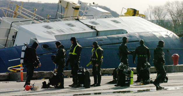 TIMES UNION STAFF PHOTO BY SKIP DICKSTEIN - Divers que up for their turn to dive on the overturned cargo ship Stellamare(backround) in the Port of Albany, New York December 12, 2003. ORG XMIT: MER2013120907225083 ORG XMIT: MER2013120907320342 Photo: SKIP DICKSTEIN / ALBANY TIMES UNION