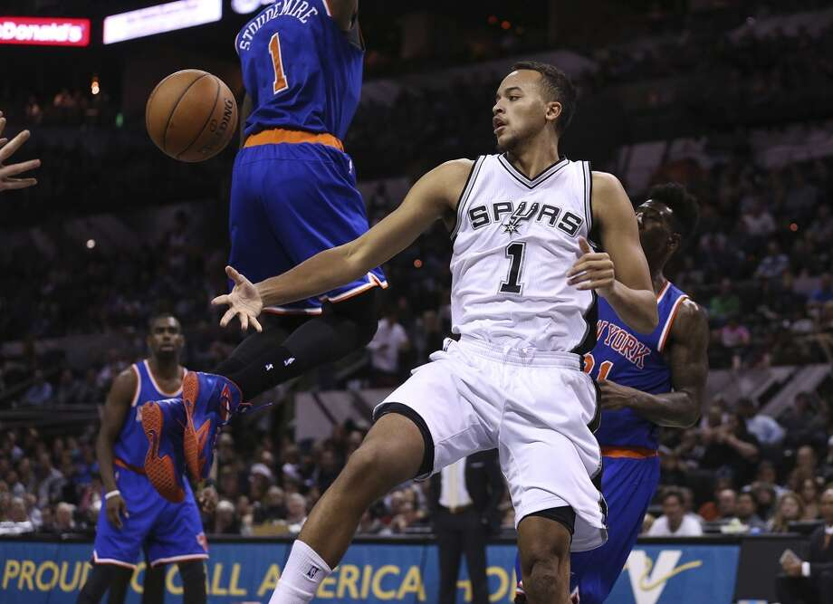 San Antonio Spurs' Kyle Anderson passes the ball out to the perimeter during the second half New York Knicks at the AT&T Center, Wednesday, Dec. 10, 2014. The Spurs won 109-95. Photo: San Antonio Express-News
