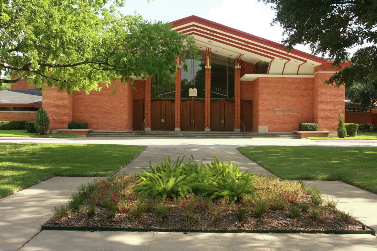 Temple Emanu El: In 1949, MacKie and Kamrath worked with Lenard Gabert to designed a modern new temple for this Reform congregation. Done in the style of Frank Lloyd Wright, it was innovative and creative for its time. The architects were heavily influenced by the principles of Frank Lloyd Wright's architecture.