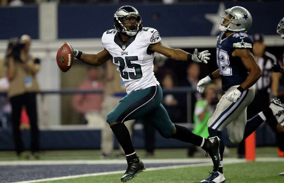 Running back LeSean McCoy (25) and the Eagles left strong safety Barry Church and the Cowboys in their wake when the NFC East rivals met Thanksgiving Day. Photo: Tim Sharp, FRE / FR62992 AP