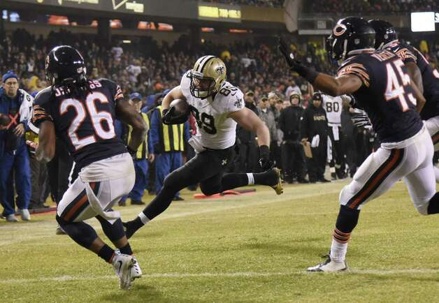 CHICAGO, IL - DECEMBER 15: Josh Hill #89 of the New Orleans Saints heads into the end zone for a touchdown as Tim Jennings #26 and Brock Vereen #45 of the Chicago Bears defend during the second quarter at Soldier Field on December 15, 2014 in Chicago, Illinois. (Photo by David Banks/Getty Images) ORG XMIT: 507844377 Photo: David Banks / 2014 Getty Images