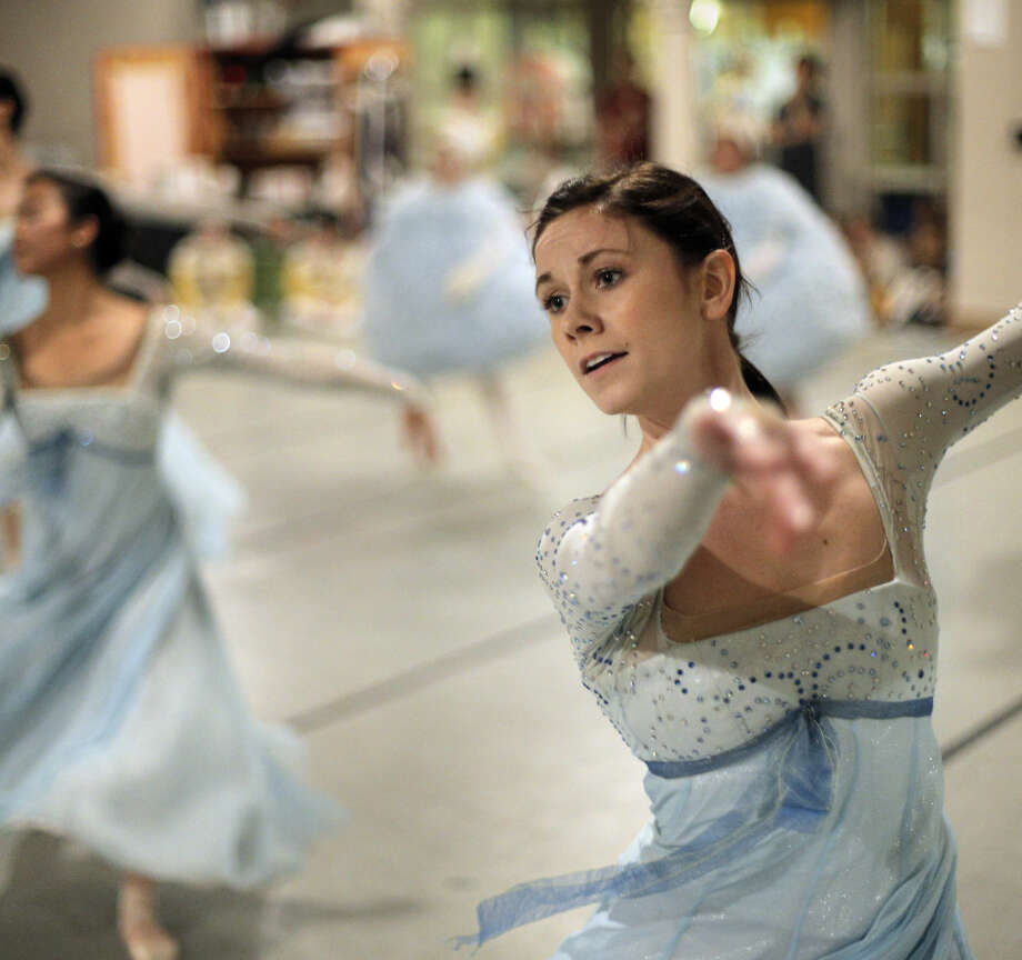 "Jackie McConnell dances at a dress rehearsal for Oakland Ballet's ""Nutcracker,"" accompanied by Oakland East Bay Symphony. Photo: Carlos Avila Gonzalez / The Chronicle / ONLINE_YES"