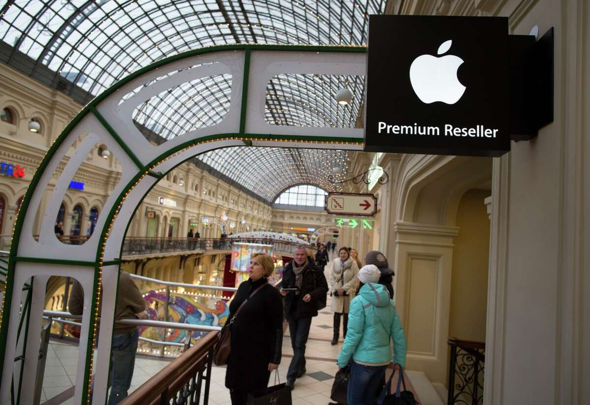 Russians can probably find Apple products in retail stores, but the plunging value of the ruble has led the company to halt online sales.