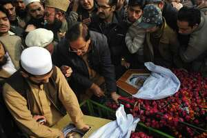 Pakistan buries victims of school massacre - Photo
