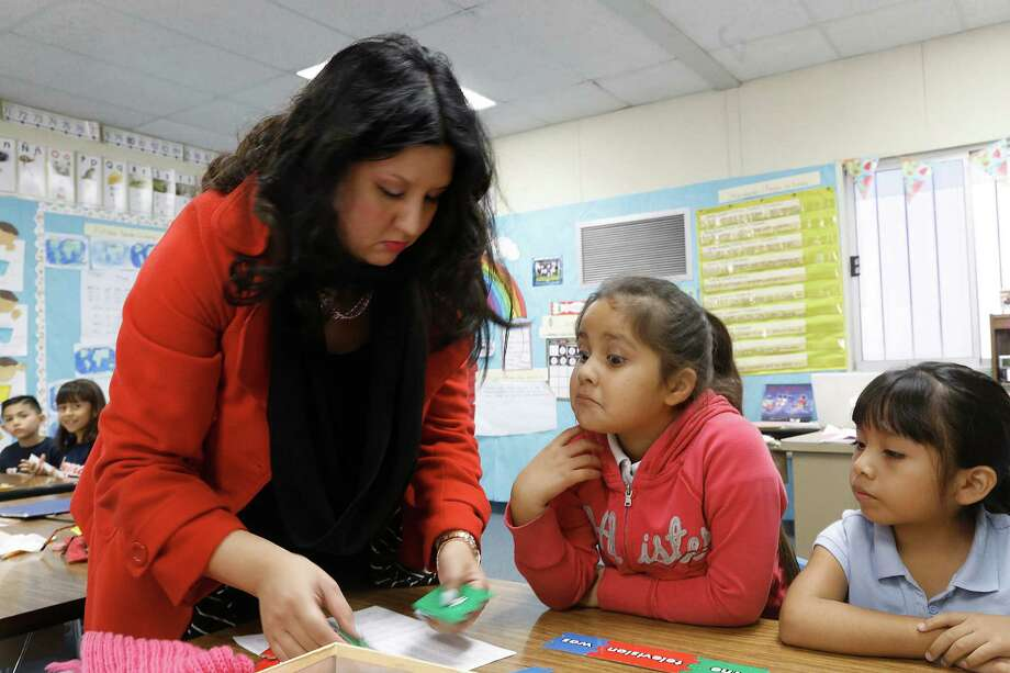 Teacher Letisia Huertado helps first-graders Destiny Valle and Ashley Vargas construct sentencesat Parkview School in El Monte (Los Angeles County). Photo: Gary Friedman / Los Angeles Times / ONLINE_CHECK