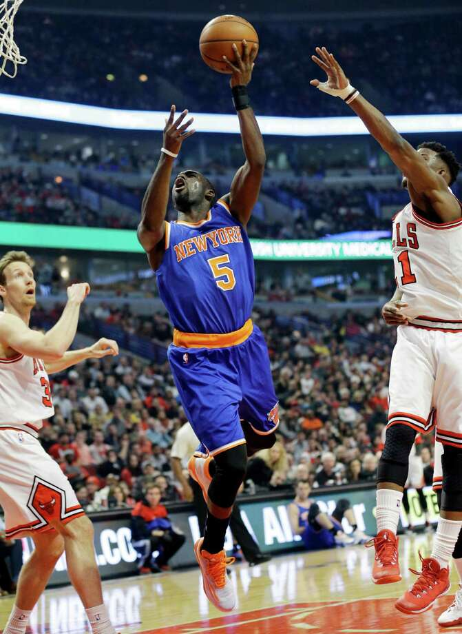 New York Knicks guard Tim Hardaway Jr. (5) drives to the basket between Chicago Bulls forward Mike Dunleavy (34) and guard Jimmy Butler (21) during the first half of an NBA basketball game in Chicago on Thursday, Dec. 18, 2014. (AP Photo/Nam Y. Huh) ORG XMIT: CXA102 Photo: Nam Y. Huh / AP