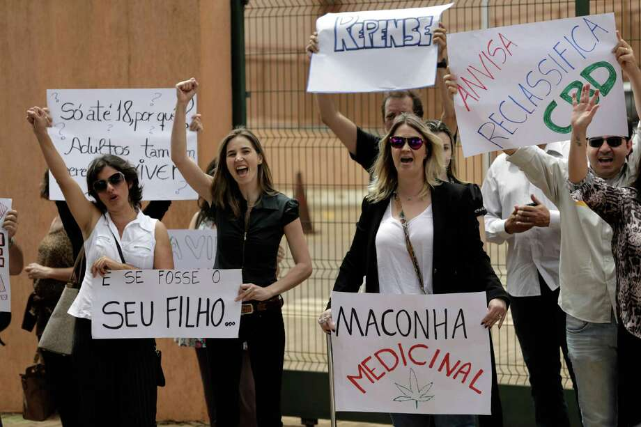 Relatives and friends of patients protest in Brasilia for the legalization of a marijuana derivative. Photo: Eraldo Peres / Associated Press / AP