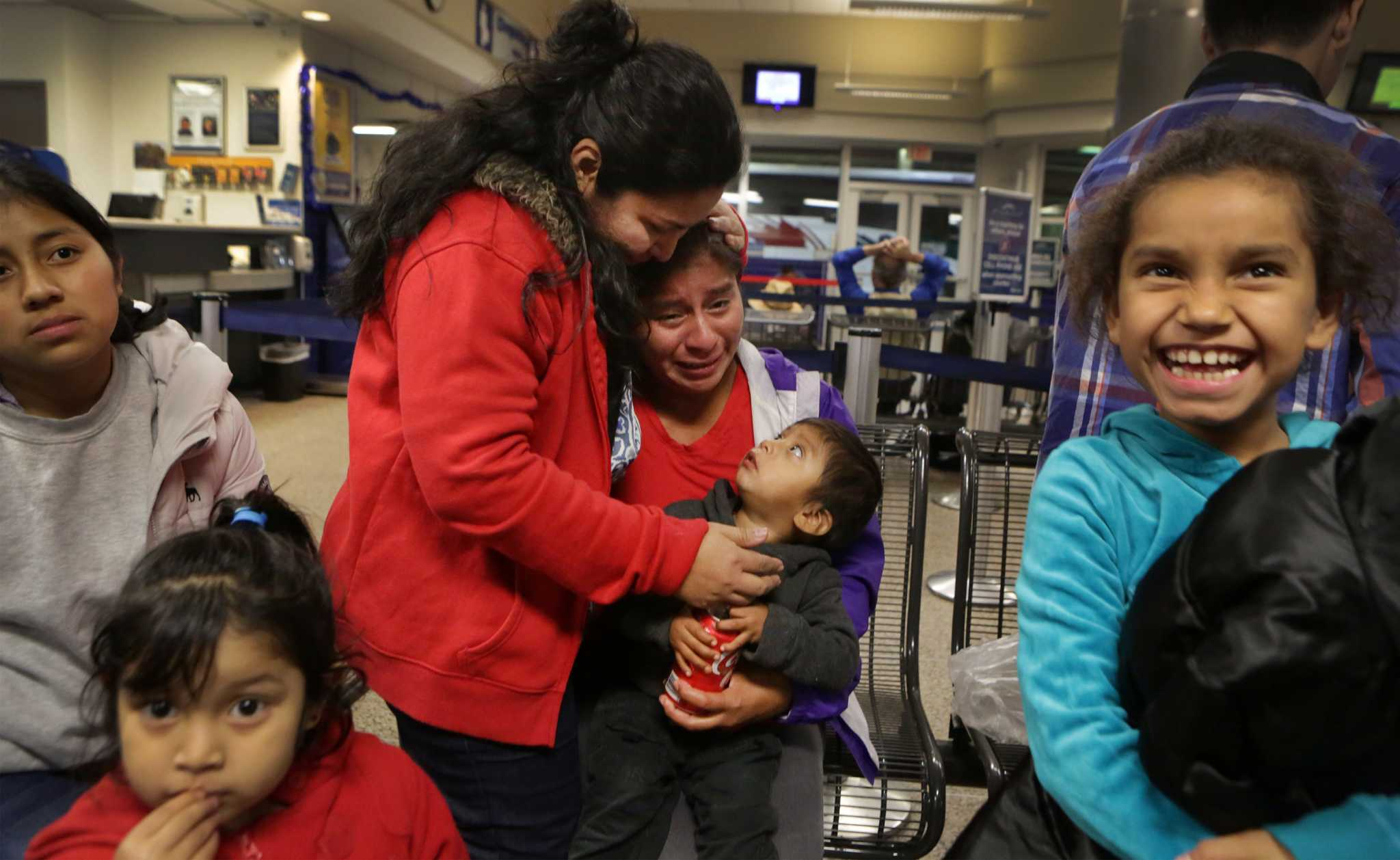 immigration agents take child from mom - HD2048×1258