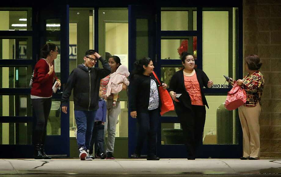Cindy Maldonado and her mother, Rosalinda (right), helped immigrants as they were released from detention in December. Photo: File Photo /San Antonio Express-News / © 2014 San Antonio Express-News