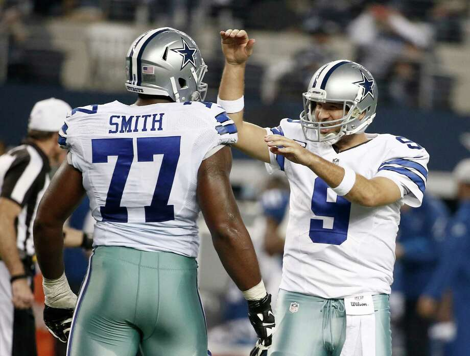 Tony Romo (9), who became Dallas' career passing yardage leader, celebrates with Tyron Smith after throwing a touchdown pass to Jason Witten. Photo: Brandon Wade / Associated Press / FR168019 AP