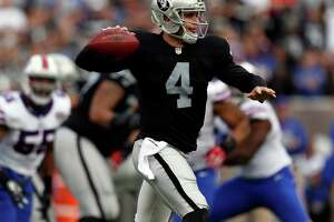 Raiders' Tony Sparano excuses ailing Derek Carr from practice - Photo