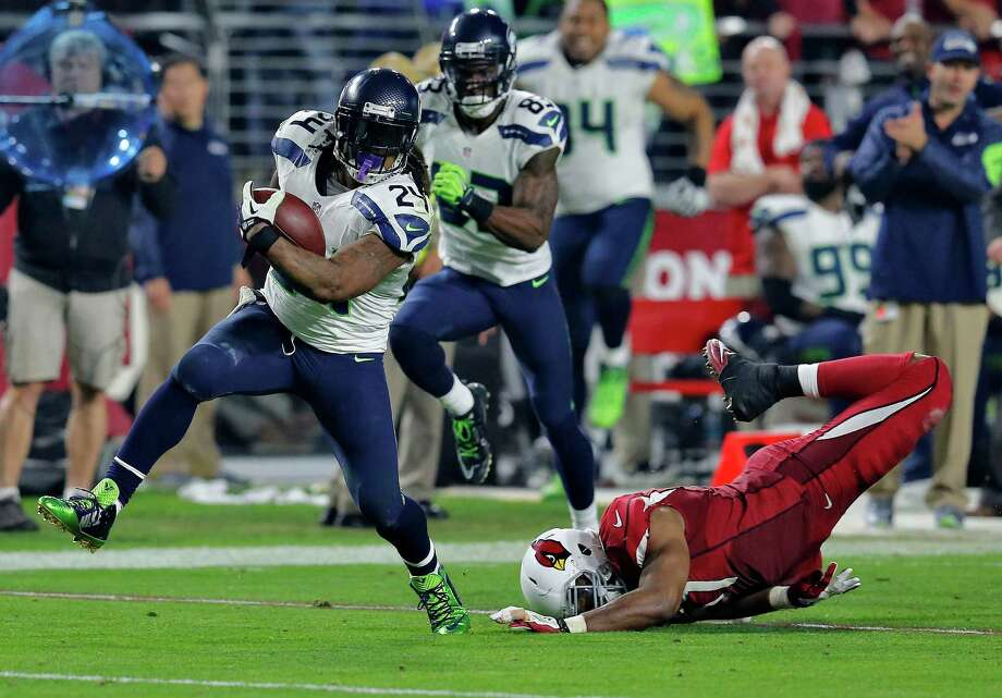 Seahawks running back Marshawn Lynch (24) breaks free from Cardinals outside linebacker Alex Okafor for a 79-yard touchdown run during Seattle's 21-point fourth quarter. Photo: Rick Scuteri / Associated Press / FR157181 AP