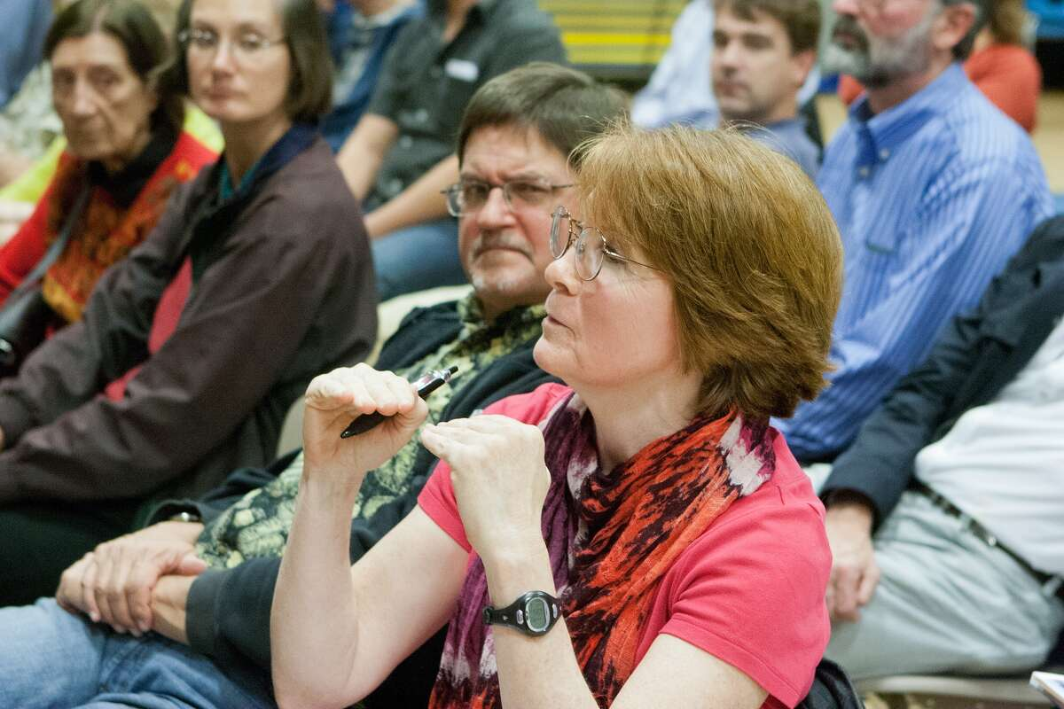 Melissa Torbet asks about the basis for various growth predictions during an H-GAC public comment meeting at Wolfe Elementary School. Photo By R. Clayton McKee