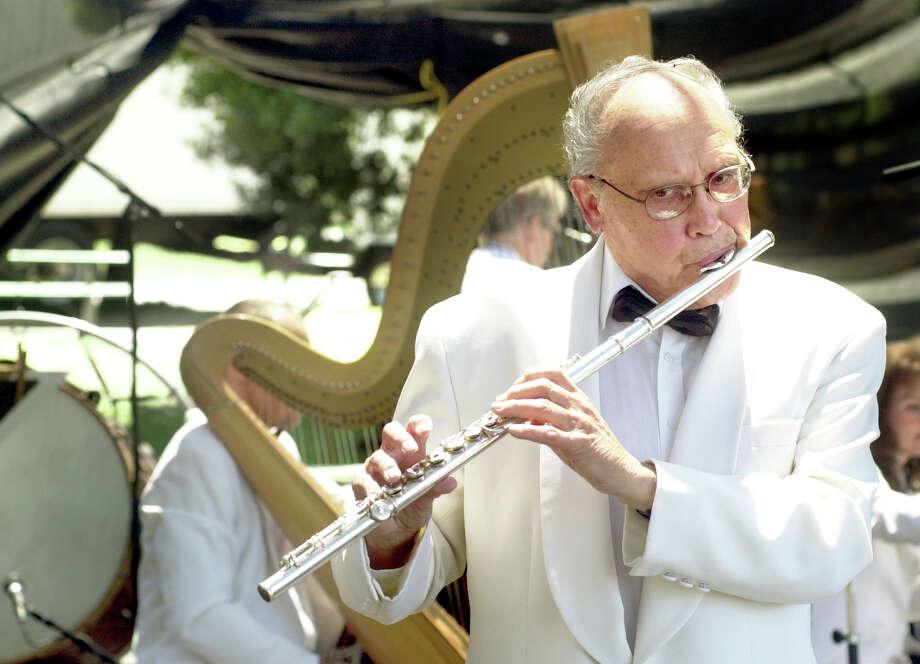 SF Symphony flautist, Paul Renzi, performing at Dolores Park. {07/11/04} in {sf}, {ca}. {christina koci hernandez} / {chronicle} Photo: Christina Koci Hernandez / Christina Koci Hernandez / Chronicle 2004 / The Chronicle
