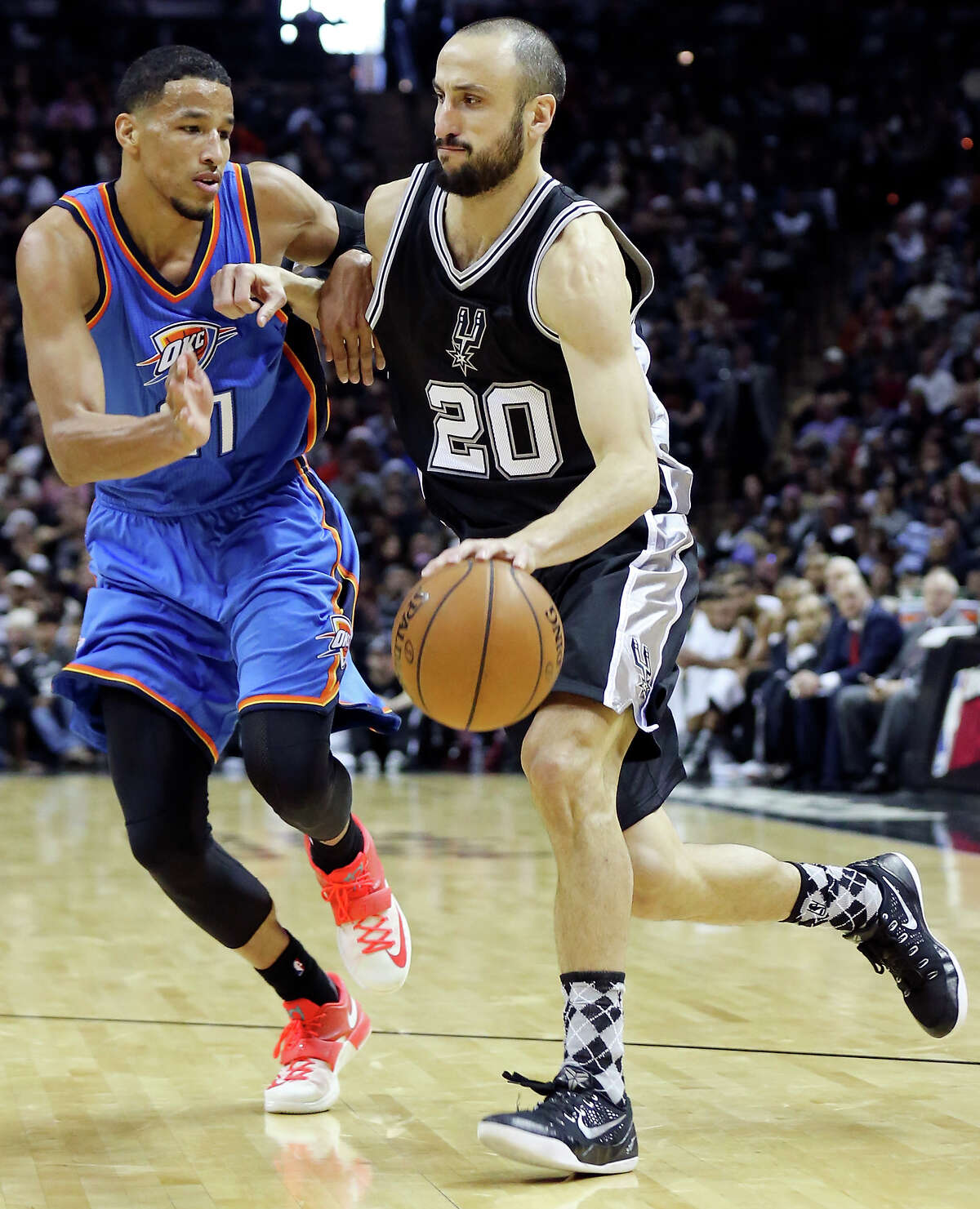 Andre Roberson defends Manu Ginobili during the second half.