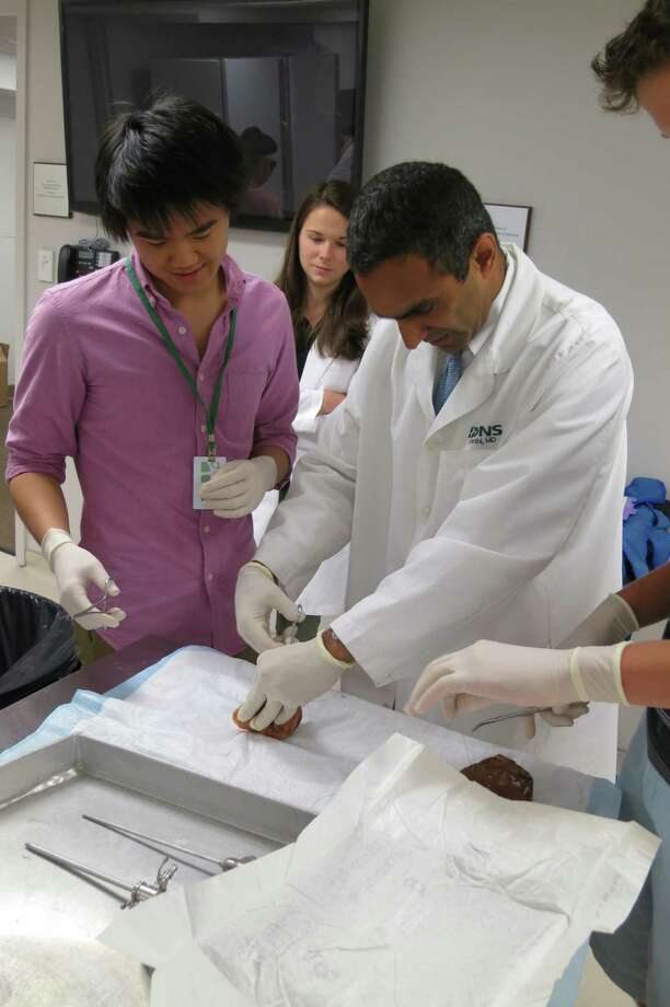 Orthopedic surgeon Dr. Paul Sethi, president of the ONS Foundation for Clinical Research and Education (ONSF) instructing students at the Mini-Med School at the organization's lab. Photo: Contributed Photo / Greenwich Citizen