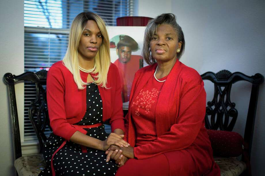 Vera Thompkins, right, with daughter Quinta'le Ross, still has no answers in the 2009 shooting death of her son Quincy. Photo: Marie D. De Jesus, Staff / © 2014 Houston Chronicle