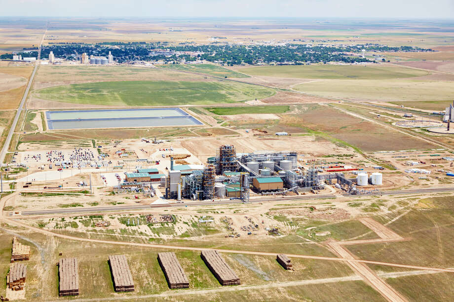 This 2014 photo provided by Abengoa shows a new cellulosic ethanol refinery in Hugoton, Kan., built by Seville, Spain-based Abengoa. Development is booming in tiny Hugoton, a town of roughly 3,900 people and the site of a new biorefinery that was funded in part by a loan guarantee from the Department of Energy. While the same program in 2009 funded high-profile flops like Solyndra, roughly six years on in Hugoton, and elsewhere, there are signs the program is working. Photo: Associated Press / Abengoa