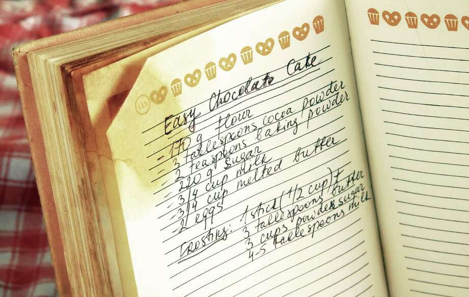 written recipe of easy chocolate cake in cookbook / fotolia Photo: Julija Sapic / Julija Sapic - Fotolia
