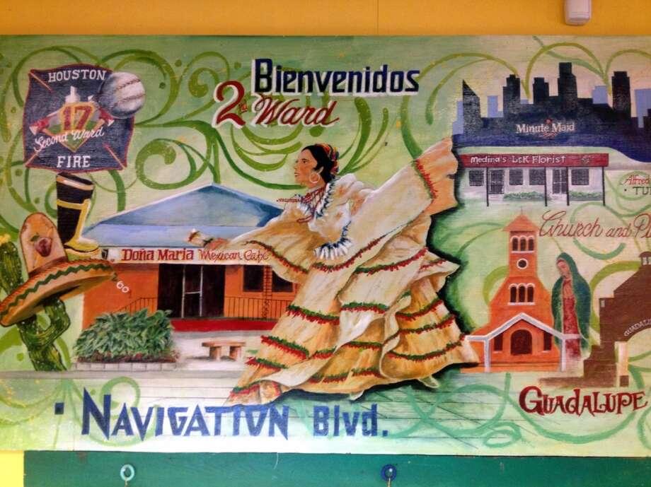 Juan y Ana Hernández querían agregar color a su restaurante, así que eligieron a un artista conocido por su apellido, Saldaña. (Mayra Beltrán / Houston Chronicle).